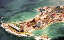 Vista aérea de Cancún; ciudad ubicada en la costa noreste del estado de Quintana Roo en el este de México a más de 1.700 km de la Ciudad de México.